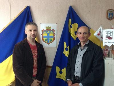 Н. Гоманюк и С. Дяченко в здании Змиевского сельсовета
