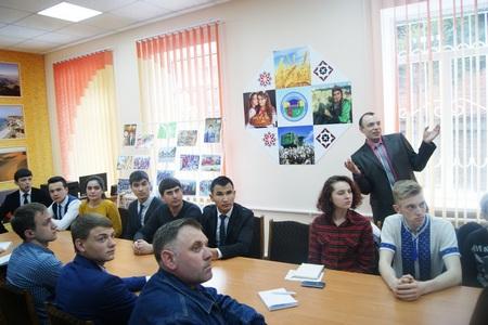 Александр Лаврик рассказывает о размерах и вкусе туркменских дынь (Фото О.Терещенко)